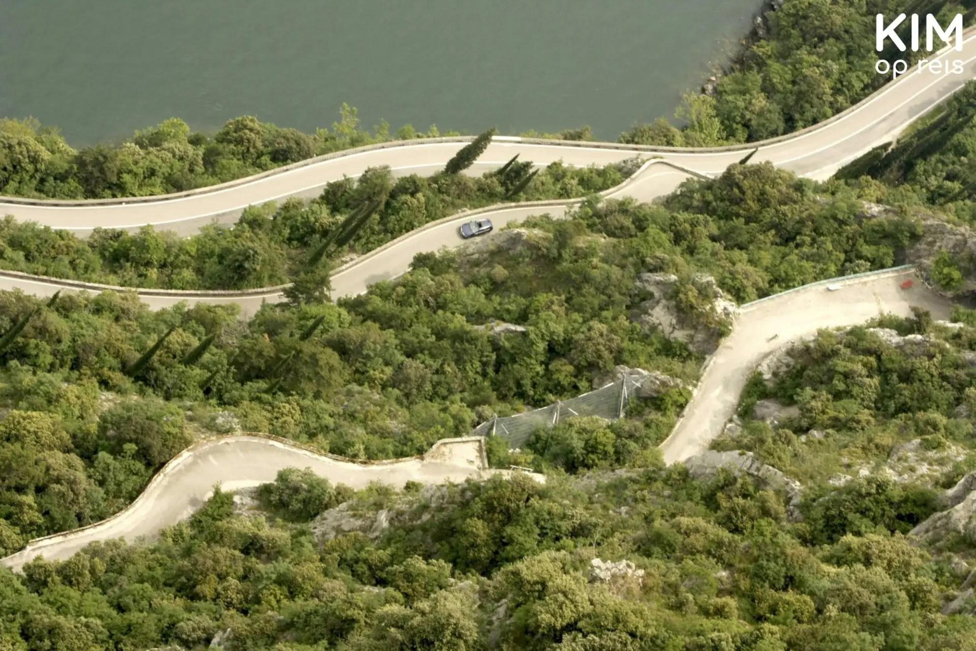 Tremosine wegennetwerk - slingerwegen van bovenaf gezien met daarom heen veel begroeiing