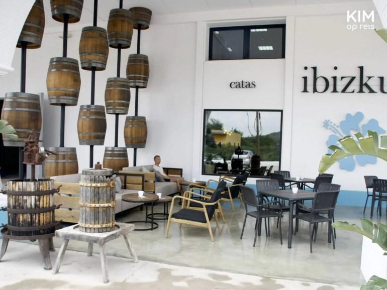 Wijnproeverij bij Ibizkus - overdekt terras met wijnvaten als decoratie
