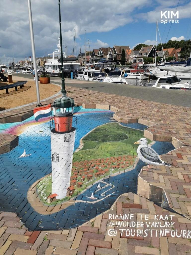 Wonder van Urk Graffiti - beeltenis van de vuurtoren op het eiland Urk met een toekijkende zeemeeuw