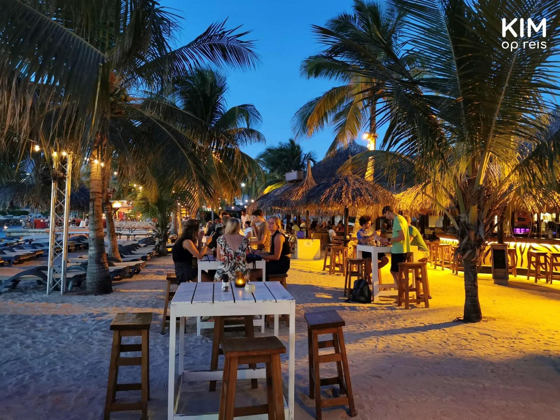 Zanzibar strandrestaurant Curaçao: overzicht restaurant op het strand net na zonsondergang