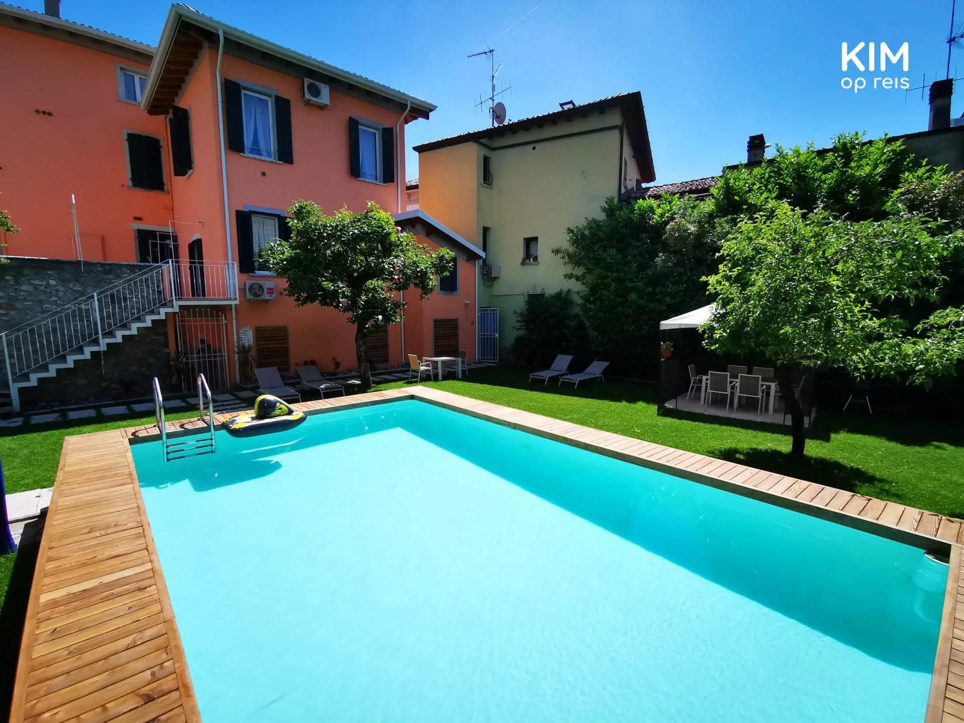 Zwembad Antiche Rive - rechthoekig zwembad met op de achtergrond het appartementencomplex