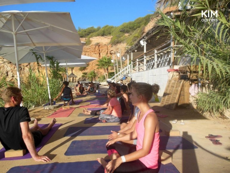 Yogales Amante Ibiza: Klaar voor yoga bij Amante - groep mensen zit op een matje in de zon