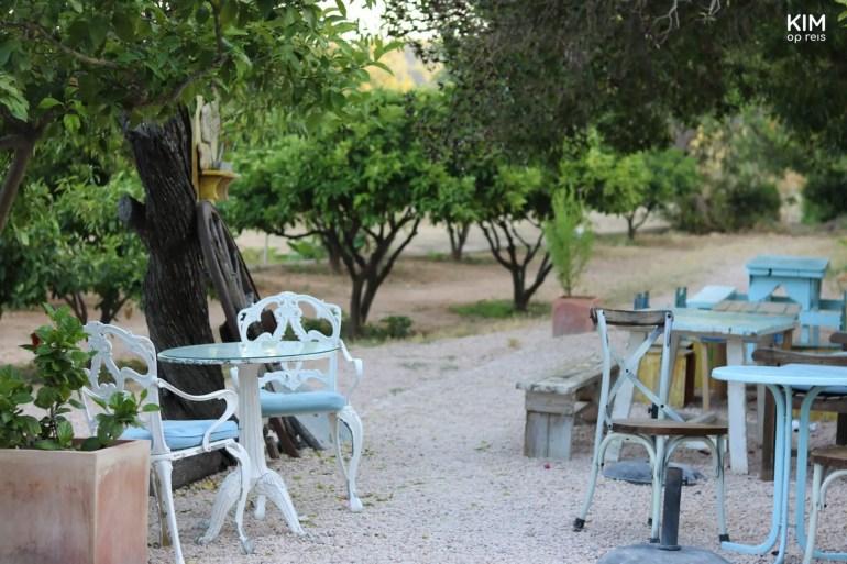 De tuin van restaurant La Paloma op Ibiza