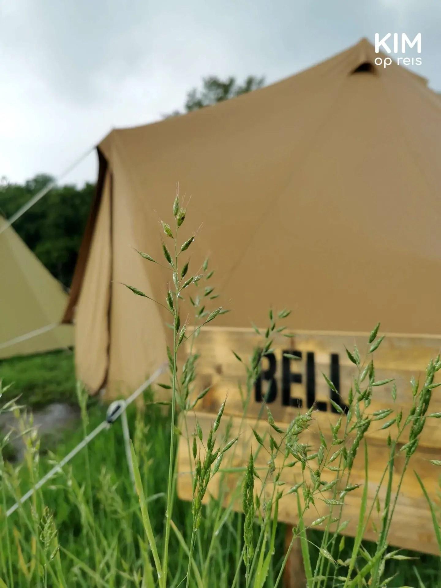 Belltent glamping Bij de Buren: bord waarop staat 'Bell' met daarachter een belltent