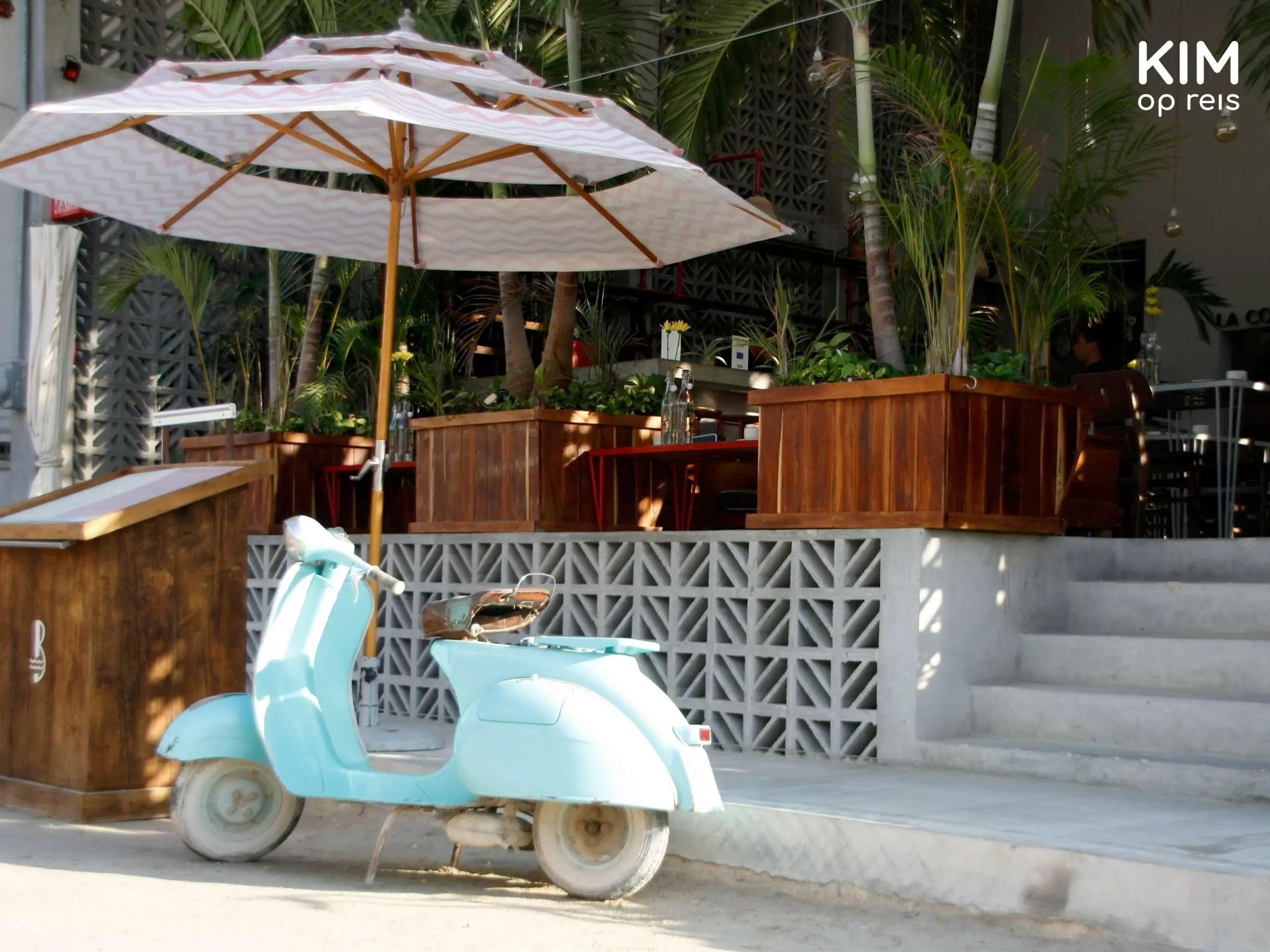 Isla Holbox Basico voorkant: voorzijde van restaurant Basico met een geparkeerde scooter