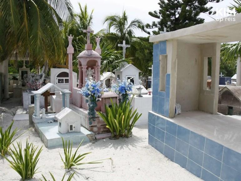 Isla Holbox kerkhof: kerkhof met graven en palmbomen op de achtergrond