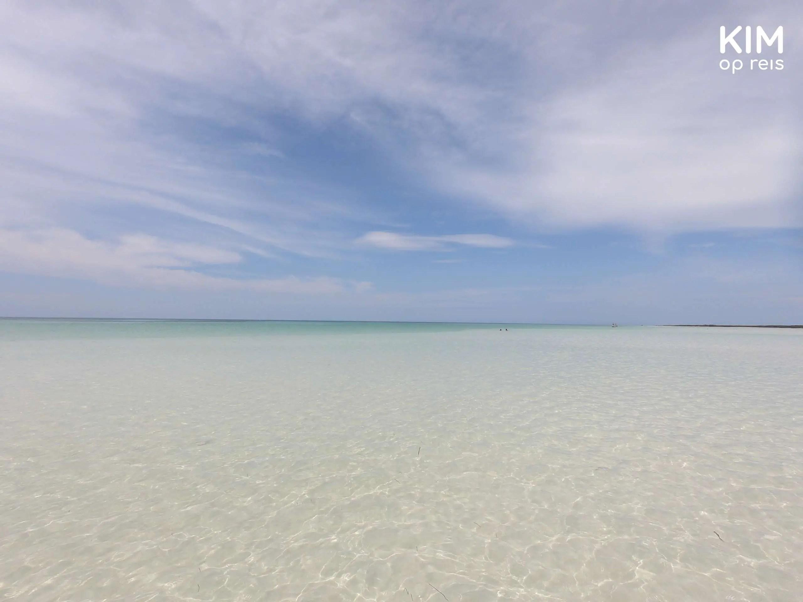 Isla Holbox zee: zee met blauwe lucht en wolken