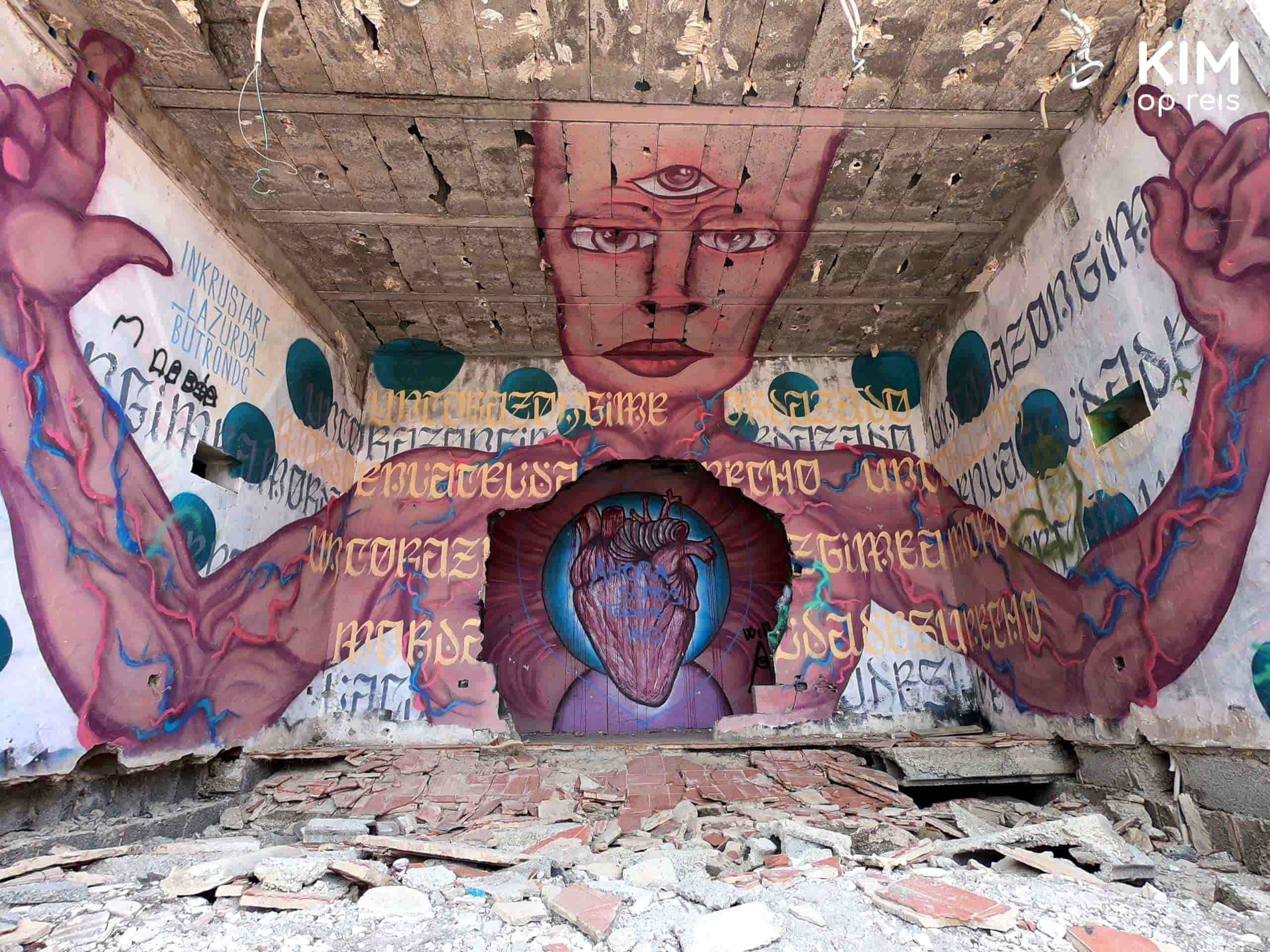 Verlaten Festival Club Ibiza dj booth: vierkante ruimte met daarop het bovenlijf van een mens met een gat in het hart