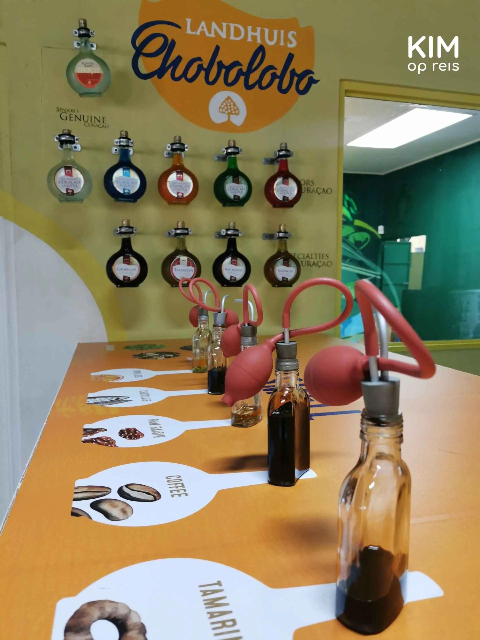 Chobolobo landhuis Blue Curaçao: geurverspreiders en flessen Blue Curaçao aan de muur