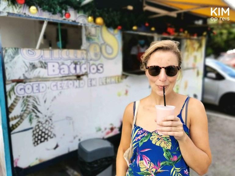 batido Curaçao: Kim drinkt een batido voor de batido truck