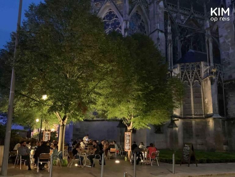Barci-Barla terras Troyes: terras onder de bomen in de avond