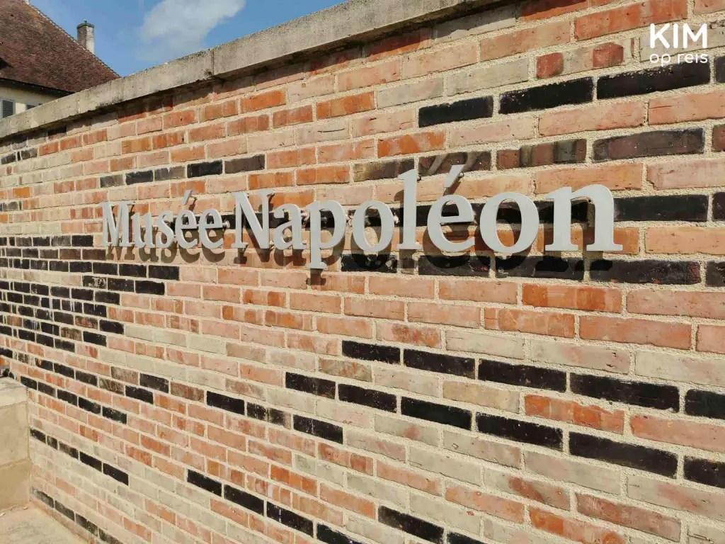 Musée Napoléon Brienne-le-Château: letters Musée Napoléon op de muur