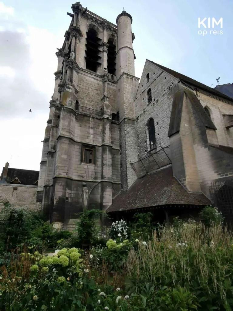 Troyes jardin des innocentes: groene tuin grenzend aan een kerk