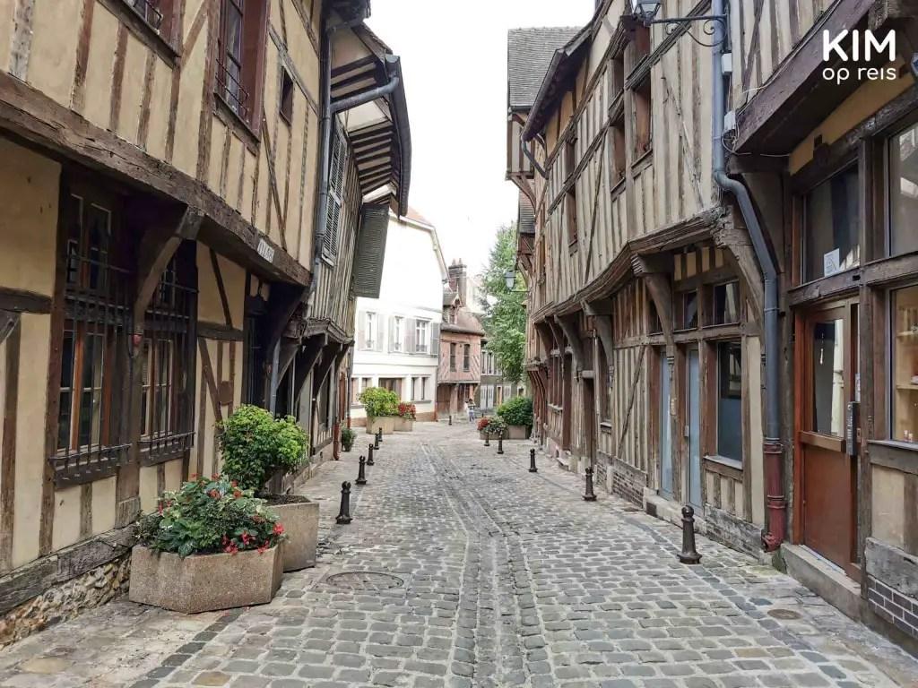 Vakwerkhuizen Troyes, Frankrijk: pittoreske straat met aan beide kanten de vakwerkhuizen