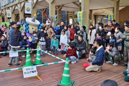 タイムセールの合図のモデルロケットを見に、子どもも大人も大集合!