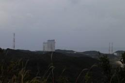 ロケットの丘展望所から見える大型ロケット組立棟と射点
