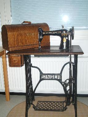 Vanha takorautajalustainen ompelupöytä