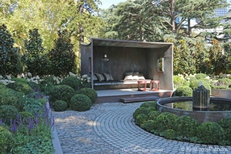 Paving reinforces the circularity of the central bed, while horizontal pavers draw the eye across the site.