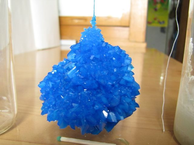 1. Fotoğrafra gördüğünüz kristaller evde kolaylıkla yetiştirilebilirler. Hangi maddeden oluşurlar ?