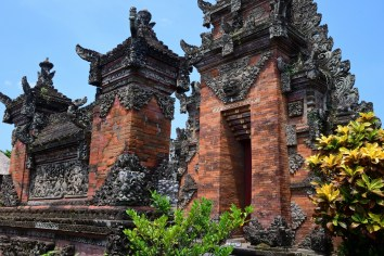 Batuan Temple - Entrance walkway