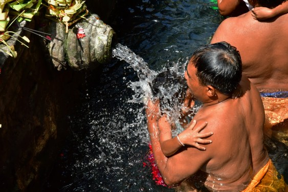 Pura Tirta Empul - Girl in holy water