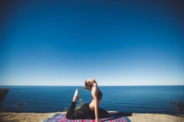アーユルヴェーダでは、自然のエネルギーから体が構成されていると考えられていて、そのエネルギーを「ドーシャ」と呼んでいます。「ドーシャ」とは、「不純なもの」「病素」という意味があり、私たちの体に起こる様々な現象や体調の変化に関係しています。アーユルヴェーダでは、この「ドーシャ」がバランスの取れた状態を健康と位置付け、バランスが崩れると健康を損なう状態になると考えられています。