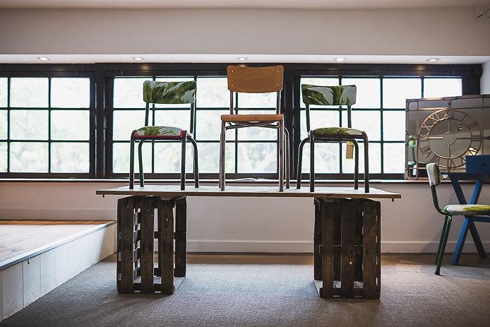 Chaises d'écolier en vente au showroom Bridge & Jones à Biarritz.