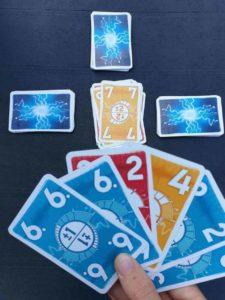 Unter Spannung ist ein Kartenspiel für Kinder ab 8 Jahren, mit spielerisch das Kopfrechnen im Zahlenraum von -2 bis 13 geübt wird.