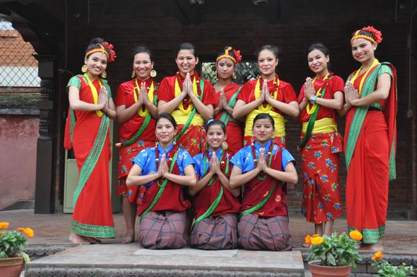 Das Ensemble (v.l.n.r.) oben: Sushmita, Sushila. Sunita. Alina, Sita, Dilmaya, Balika unten: Alisha, Jay, Pramila