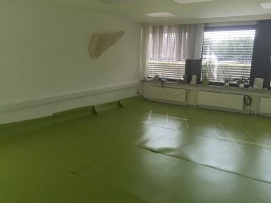Damit es aber auch Rollstuhlfahrer künftig einfacher bei uns haben, war die Neuverlegung eines qualitativ hochwertigen und pflegeleichten Fußbodenbelages in unseren Vereinsräumen unabdingbar