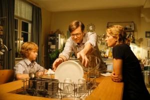 Zuhause überrascht Tobbi (Arsseni Bultmann) seine Eltern (Ralph Caspers, Jördis Triebel) mit seiner neuesten Erfindung: Einer Geschirrspülmaschine im Esstisch