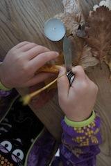 Eine Sti(e)lfrage. Mit dem Messer entfernt Ihr die Stiele der Blätter.  foto (c) kinderoutdoor.de