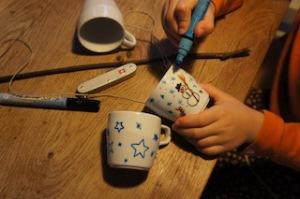 Bemalt zuerst die angehenden Vogelhäuschen mit dem Porzellanstift.  foto (c) kinderoutdoor.de