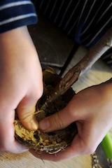 Nun kommt das Vogelfutter in die Futterglocke.  Foto (c) Kinderoutdoor.de