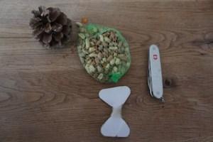 Aus diesem wenigen Material basteln wir einen Vogelfutter-Zapfen.  foto (c) kinderoutdoor.de