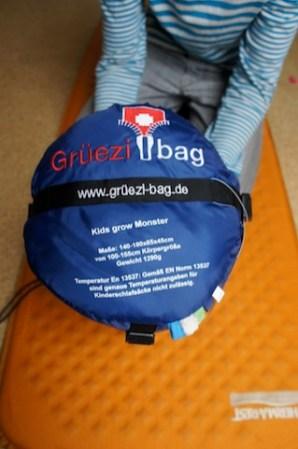 Hochwertig verpackt ist der Kinderschlafsack von Grüezi Bag in einem Kompressionssack. Foto (c) kinderoutdoor.de