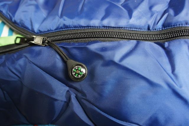 Kleine, aber liebenswerte Details, machen den Grüezi Bag Kinderschlafsack zu etwas Besonderem: Wie hier der Kompass am Reißverschluss. Foto (c) kinderoutdoor.de