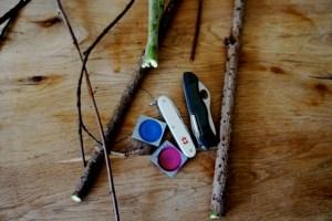 Kinder schnitzen eine Holzblume und zwar mit diesem wenigen Material. Foto (c) kinderoutdoor.de