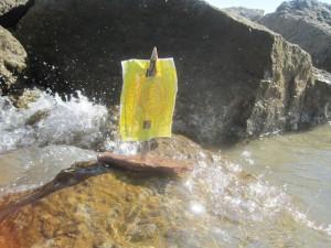Tapfer kämpft sich unser Rindenschiff durch die Wellen. Die Kinder haben toll gebastelt! Foto (c) kinderoutdoor.de