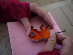 Beim Trockenfilzen stechen wir mit der Filznadel in die Wolle. Foto (c) kinderoutdoor.de
