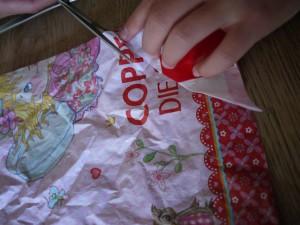 Ecke! Bim Drachen basteln mit den Kindern schneiden wir an den vier Ecken etwas weg. Foto (c) kinderoutdoor.de