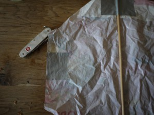 Seitlich nochmals Klebeband anbringen. Foto (c) kinderoutdoor.de