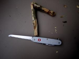 Schnitzanleitung für Kinder: Schon haben wir mit dem Taschenmesser den Haken für unseren Kleiderbügel geschnitzt.  Foto (c) kinderoutdoor.de