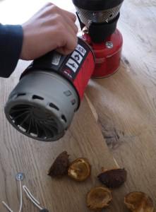 Vorsicht heiß! Das flüssige Wachs gießen wir in die Kastanienschalen mit den Dochten. Foto (c) kinderoutdoor.de