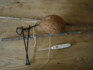 Um ein Vogelhäuschen aus der Kokosnuss selber zu bauen, braucht Ihr dieses Material und Werkzeug. Foto (c) kinderoutdoor.de