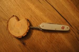 Werken mit dem Taschenmesser. Hier zeigt sich wieder einmal wie vielseitig dieses Werkzeug ist.  Foto (c) kinderoutdoor.de