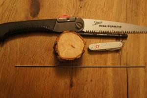 Werken mit dem Taschenmesser. Wenn Ihr keine Baum- oder Astscheibe habt, benötigt Ihr noch eine Säge.  Foto (c) kinderoutdoor.de