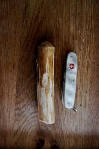 Schnitzen mit dem Taschenmesser: Heute basteln wir mit den Kindern einen einfachen Schneemann. Foto (c) kinderoutdoor.de