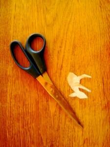 Werken mit dem Taschenmesser: Bevor wir schnitzen, stellen wir eine Schablone vom Rehkitz her.  Foto (c) kinderoutdoor.de
