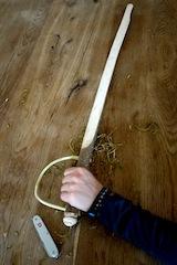 Mit dem Taschenmesser haben wir diesen tollen Piratensäbel geschnitzt.  Foto (c) kinderoutdoor.de